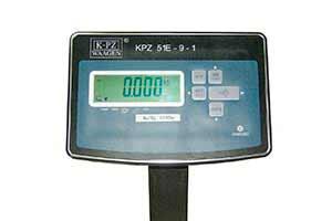 Miernik posiada obudowę ze stali nierdzewnej o stopniu ochrony IP 67 (stopień ochrony IP 67 - całkowita ochrona przed wnikaniem pyłu oraz ochrona przed zalaniem wodą) oraz klawiaturę zabezpieczoną za pomocą foli wodo- i pyło- szczelnej. Podświetlany, czytelny wyświetlacz o wysokości cyfr 25mm, zapewni poprawny odczyt pomiaru nawet z pewnej odległości. Duże, wygodne w obsłudze przyciski, zapewniające komfortową pracę nawet w rękawiczkach
