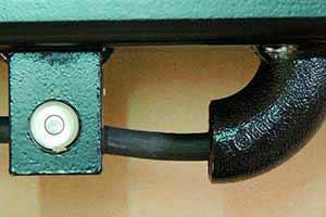 W standardzie wszystkie wagi paletowe wyposażone są w poręczny uchwyt i poziomnicę. Waga posiada także osłonięty kabel pomiarowy w miejscu podłączenia, by zapobiec przypadkowemu uszkodzeniu.